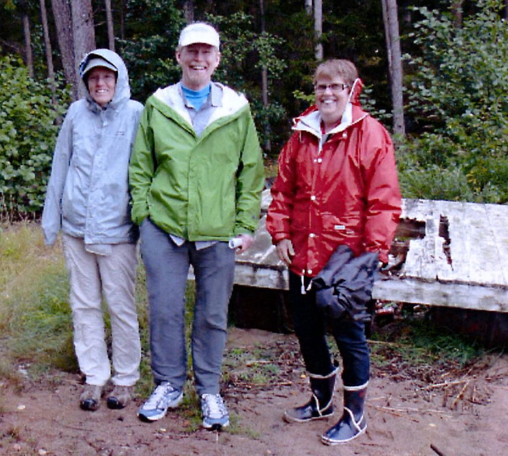 Jane Andersson, Steve Andersson och Alva Carlsson vid Orrholms torpargrund.